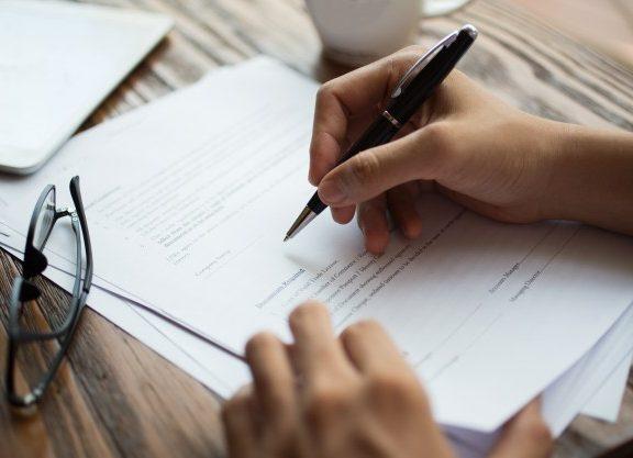 hombre-negocios-examen-papeles-tabla_1262-3706
